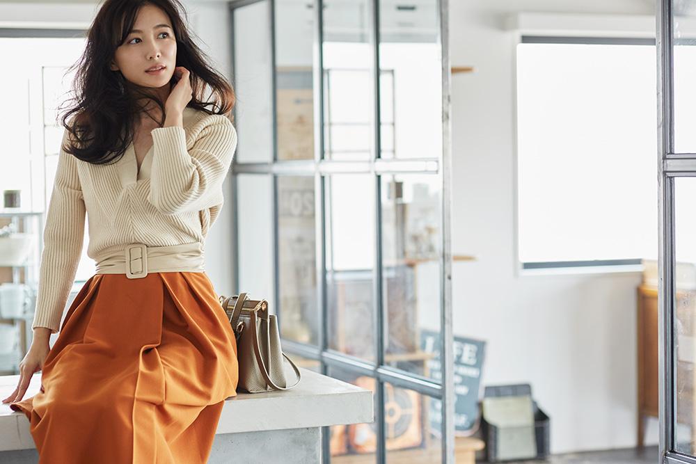 ハリのある素材のオレンジのスカートが◎ 出典:airCloset