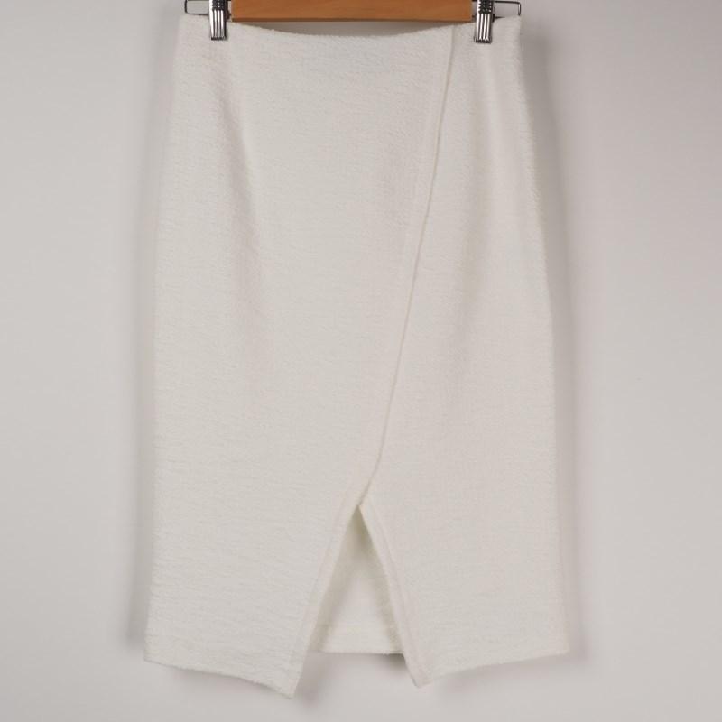 定番タイトスカートできちん感を出して 出典:airCloset