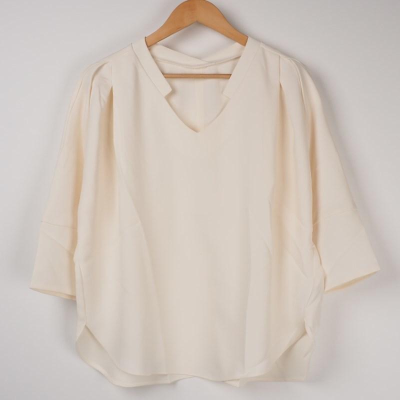 テロッとしたノーカラーシャツ 出典:airCloset