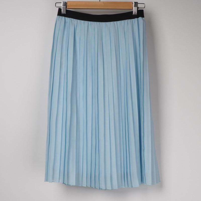 プリーツスカートでフェミニンに 出典:airCloset