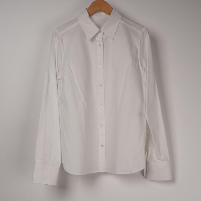 抜き襟でこなれ感を出したシャツコーデ 出典:airCloset