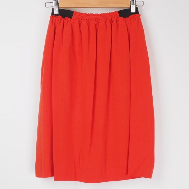 トップスアースカラー×スカートあざやか色が正解♡ 出典:airCloset