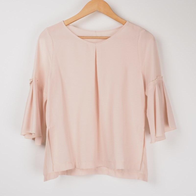 袖コンシャスなブラウスで女らしさをプラスして 出典:airCloset