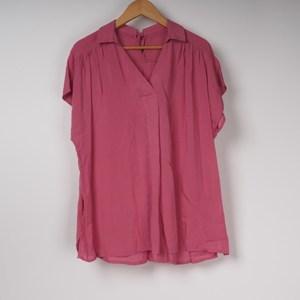 きれい色ピンクシャツはパンツコーデが◎ 出典:airCloset