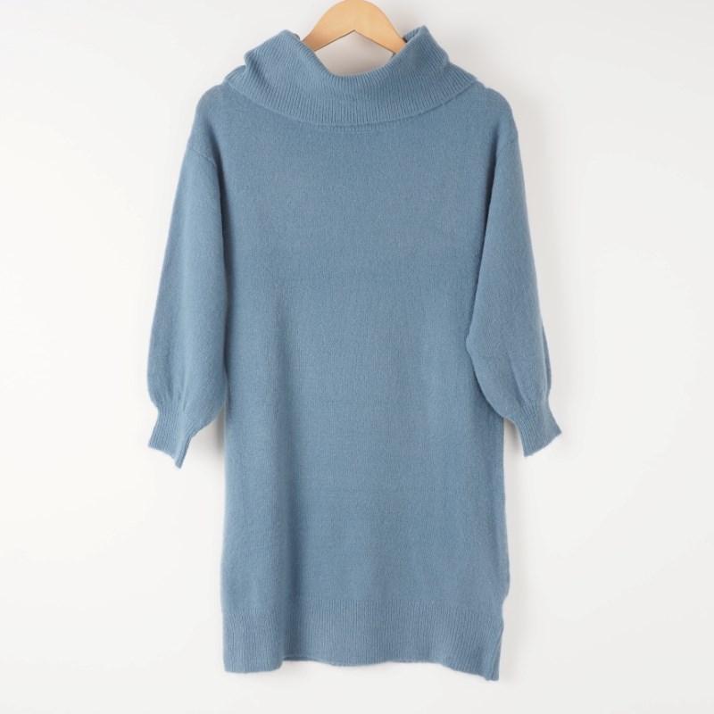 柔らかペールブルーのニットワンピで優しい印象に 出典:airCloset