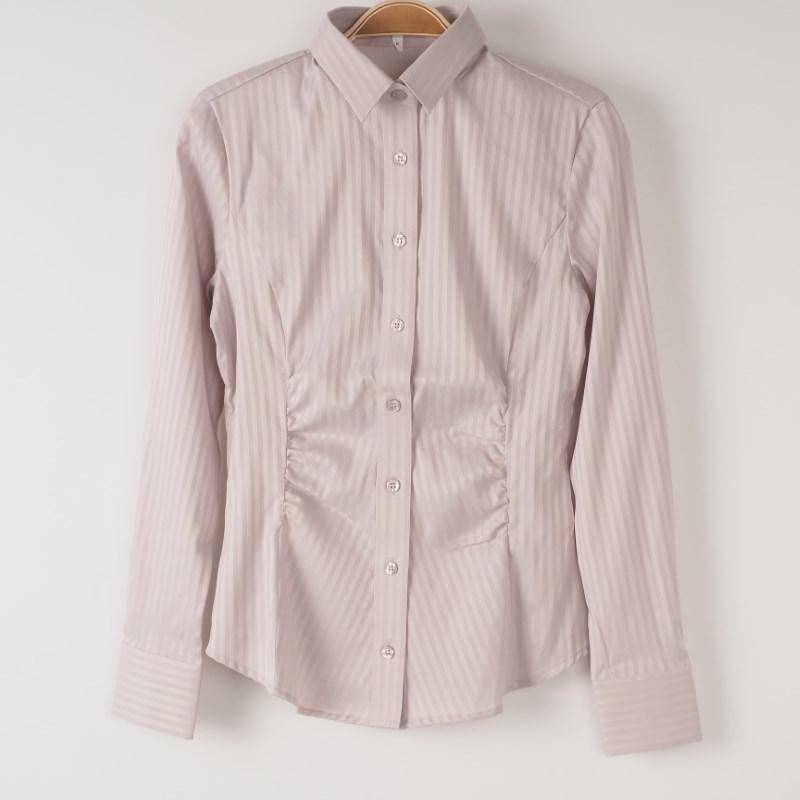 パステルピンクシャツはデニムでカジュアルダウン! 出典:airCloset