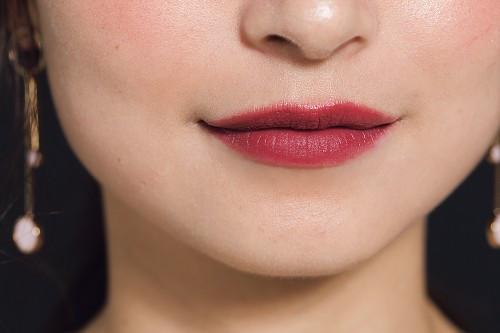 唇の輪郭をキレイに描いてカシス色を上品に使いこなす