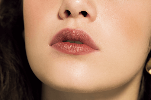 ジュワッとにじむメタリックな唇