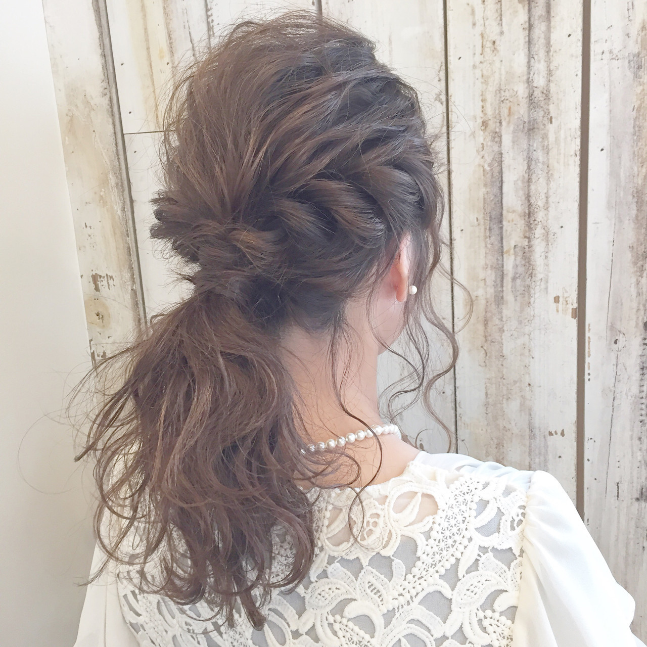 ポニーテール セミロング フリンジバング ミルクティー ヘアスタイルや髪型の写真・画像