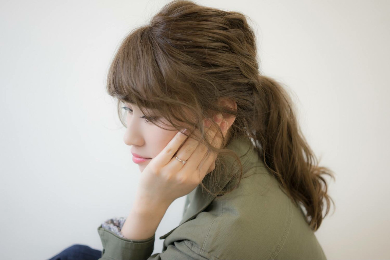 ロング ポニーテール ベージュ フェミニン ヘアスタイルや髪型の写真・画像