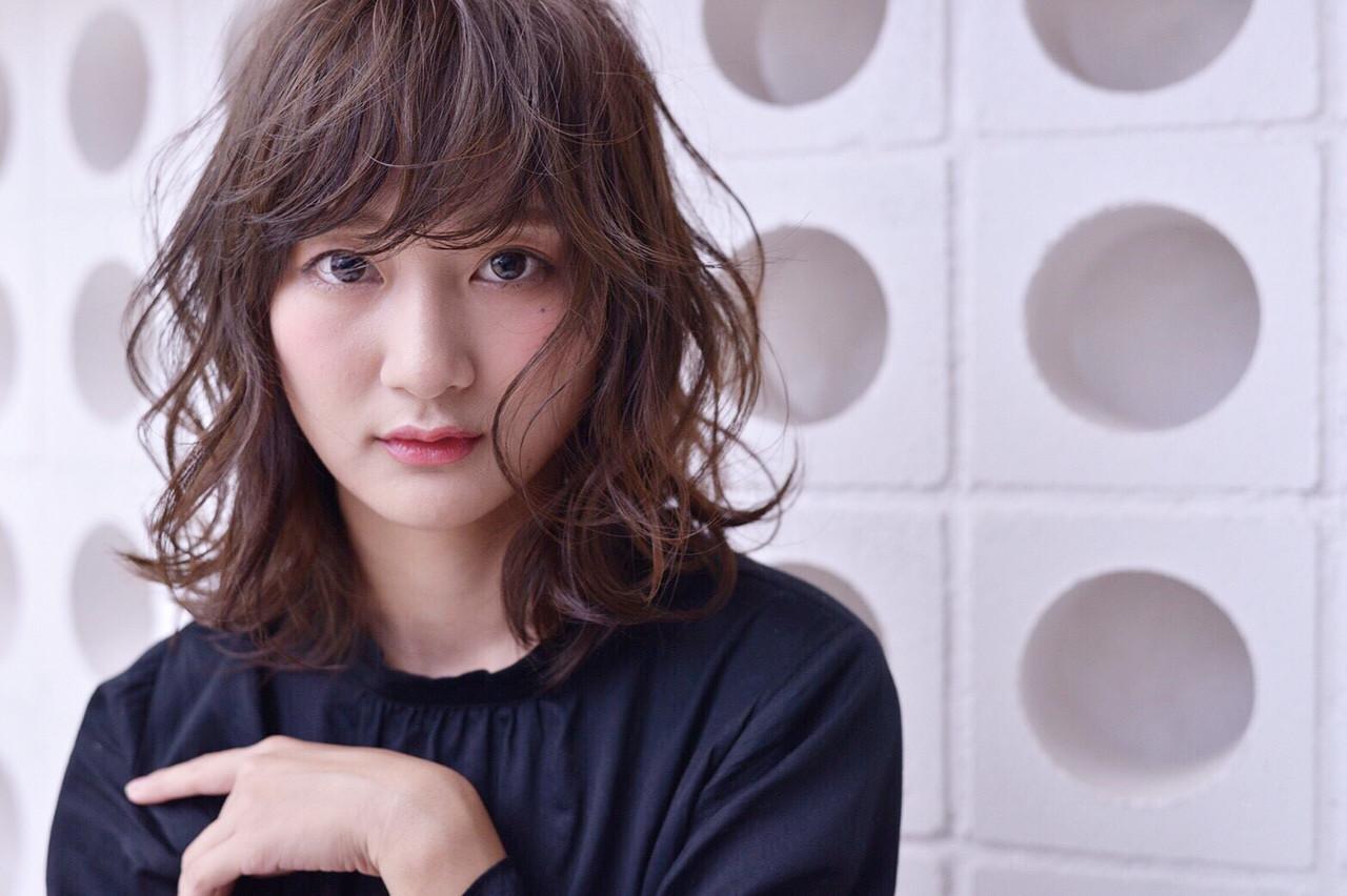ミディアムヘアをもっと可愛く見せちゃおう♪内巻き・外巻きスタイル10選 秋山 佳奈