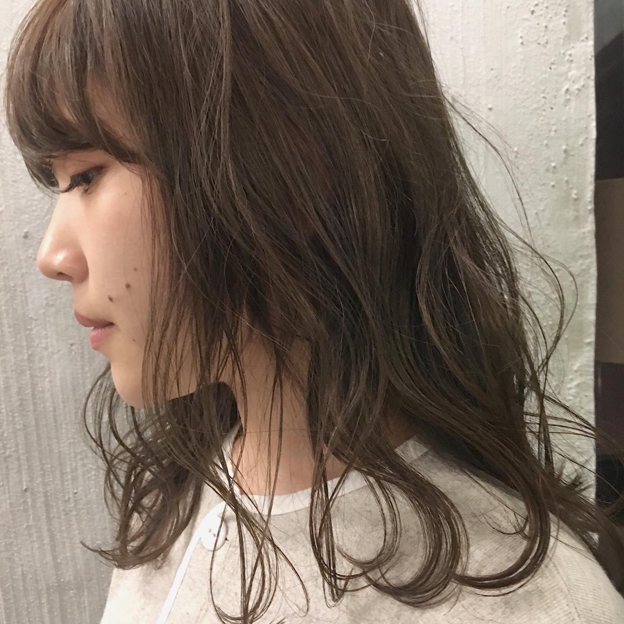 デート ミディアム アッシュ ニュアンス ヘアスタイルや髪型の写真・画像