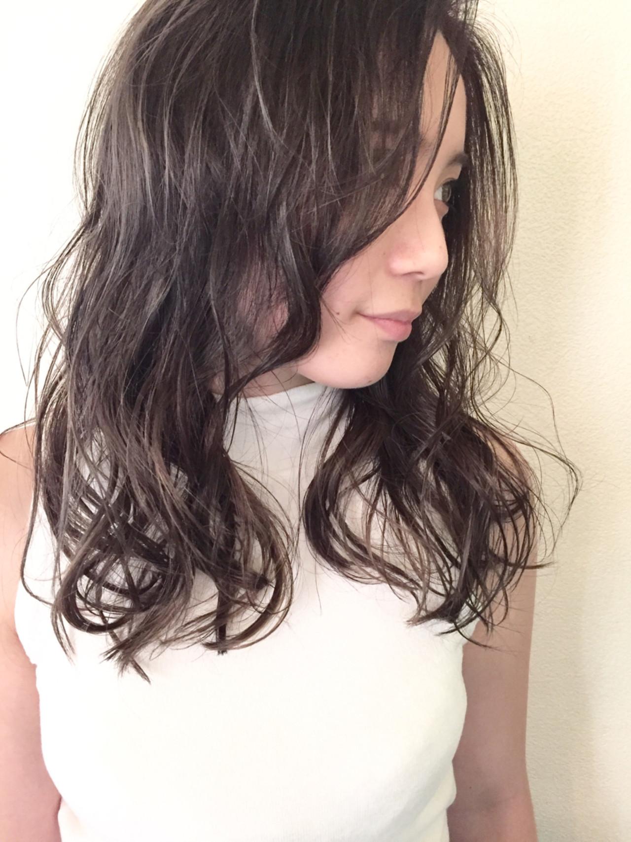 くせ毛風 セミロング グレージュ ブルーアッシュ ヘアスタイルや髪型の写真・画像