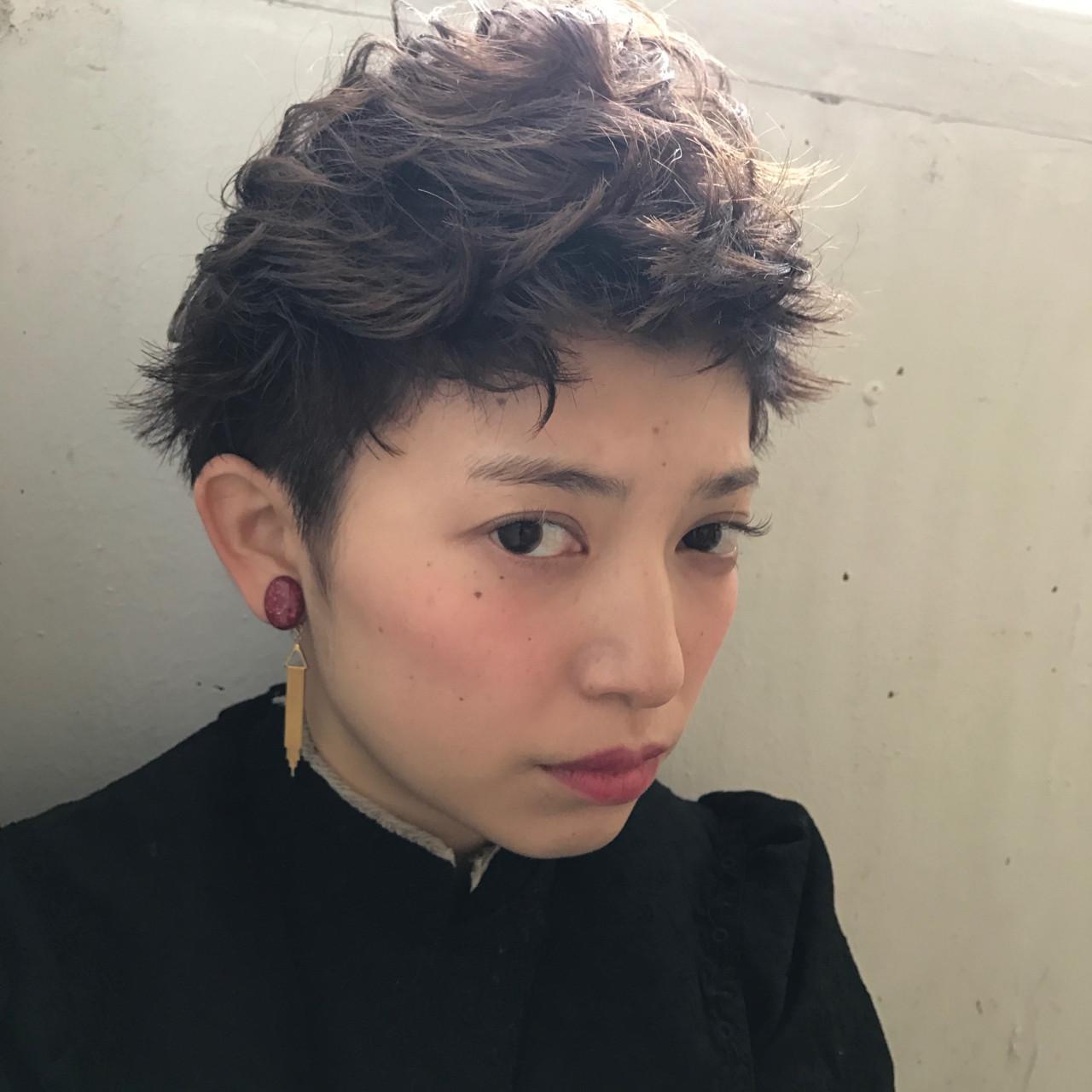 パーマ 黒髪 モード ショート ヘアスタイルや髪型の写真・画像