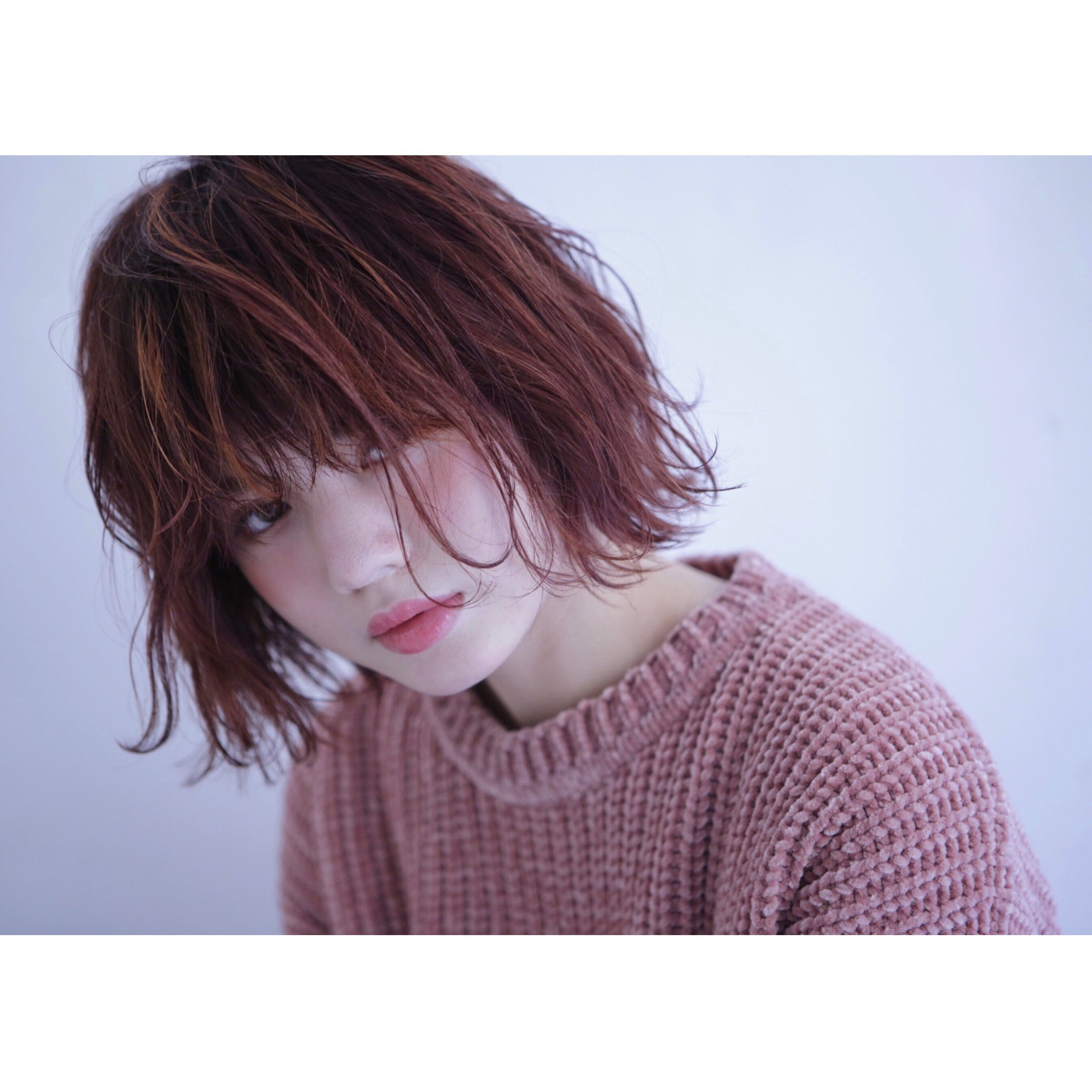 ピンクアッシュ レッド 波ウェーブ フェミニン ヘアスタイルや髪型の写真・画像