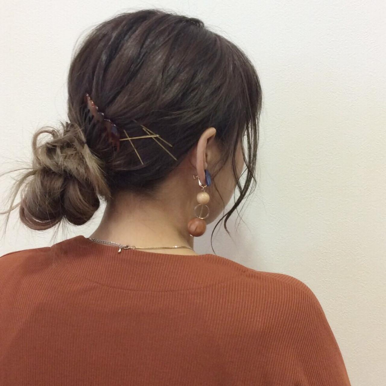 ロング イルミナカラー ヘアアレンジ シニヨン ヘアスタイルや髪型の写真・画像