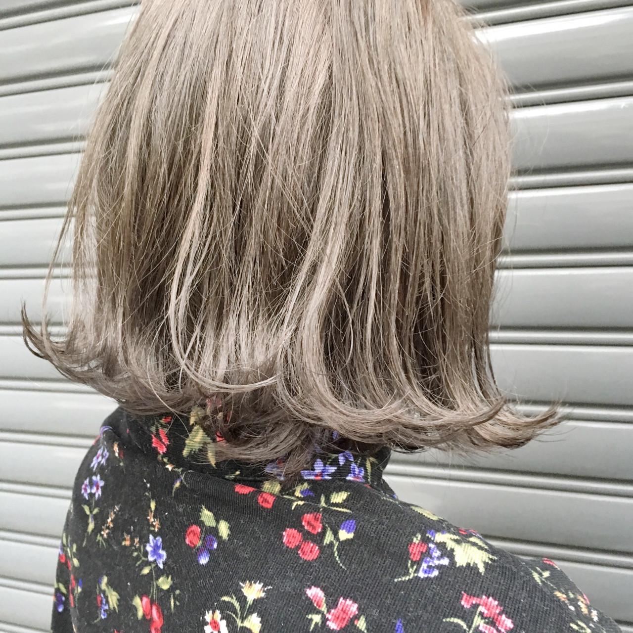 ボブ ストリート 外ハネ グレージュ ヘアスタイルや髪型の写真・画像