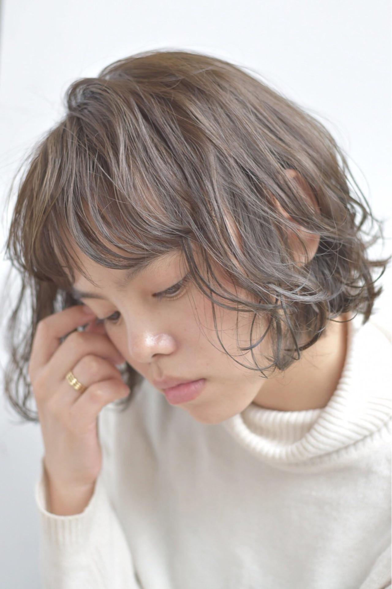 グレージュ くせ毛風 シースルーバング ナチュラル ヘアスタイルや髪型の写真・画像