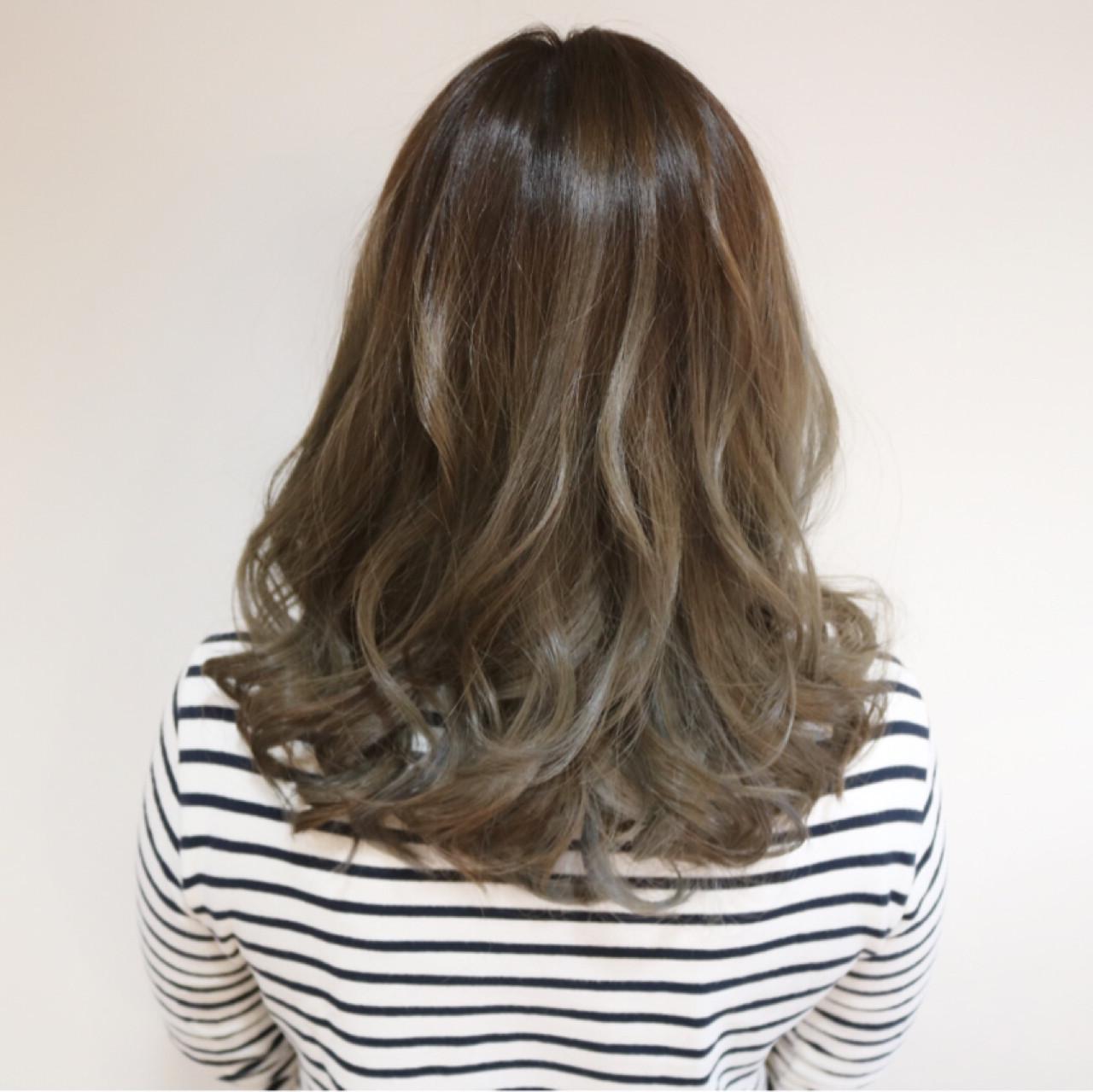 ハイライト グラデーションカラー グレージュ セミロング ヘアスタイルや髪型の写真・画像