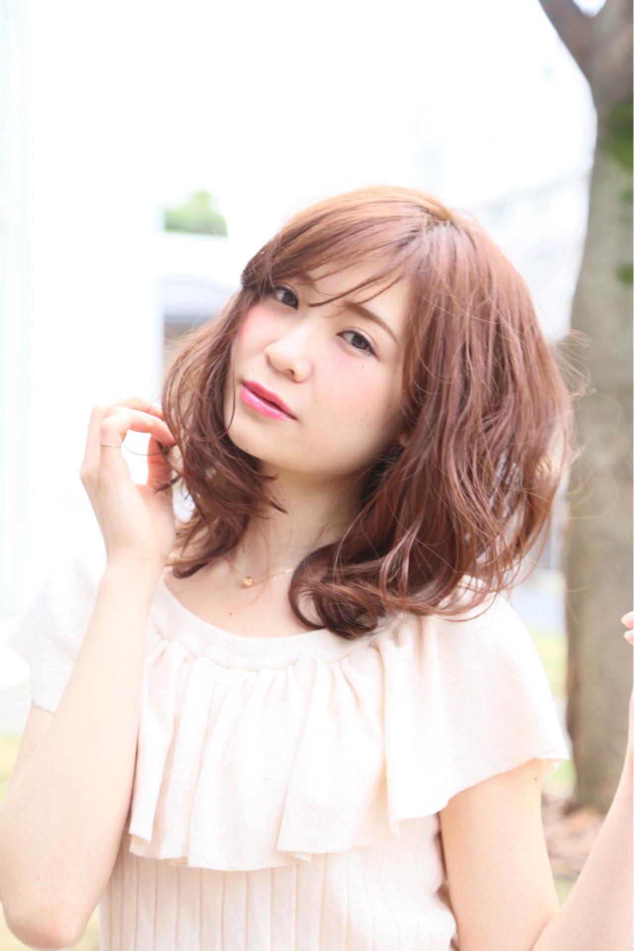 ミディアム 波ウェーブ ピンクアッシュ ハイライト ヘアスタイルや髪型の写真・画像