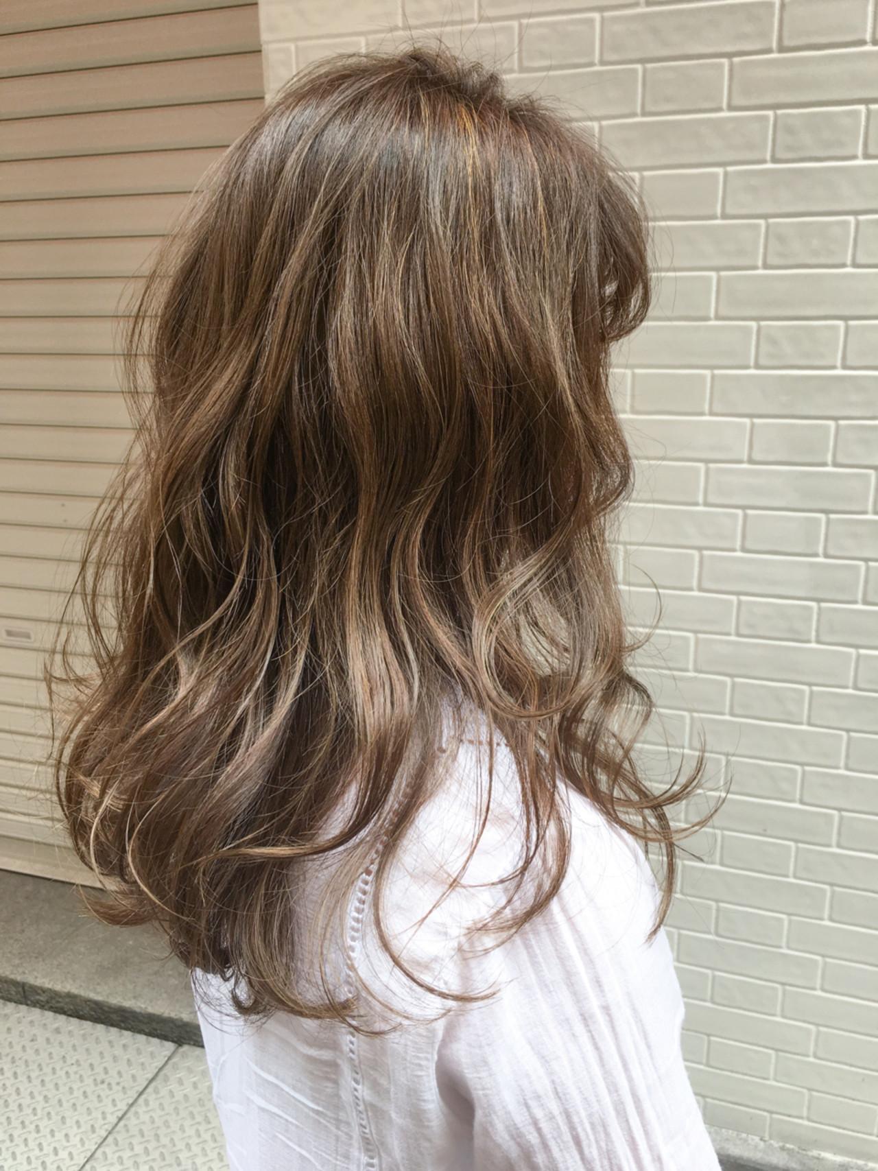 カーキアッシュ ウェーブ グレージュ ロング ヘアスタイルや髪型の写真・画像