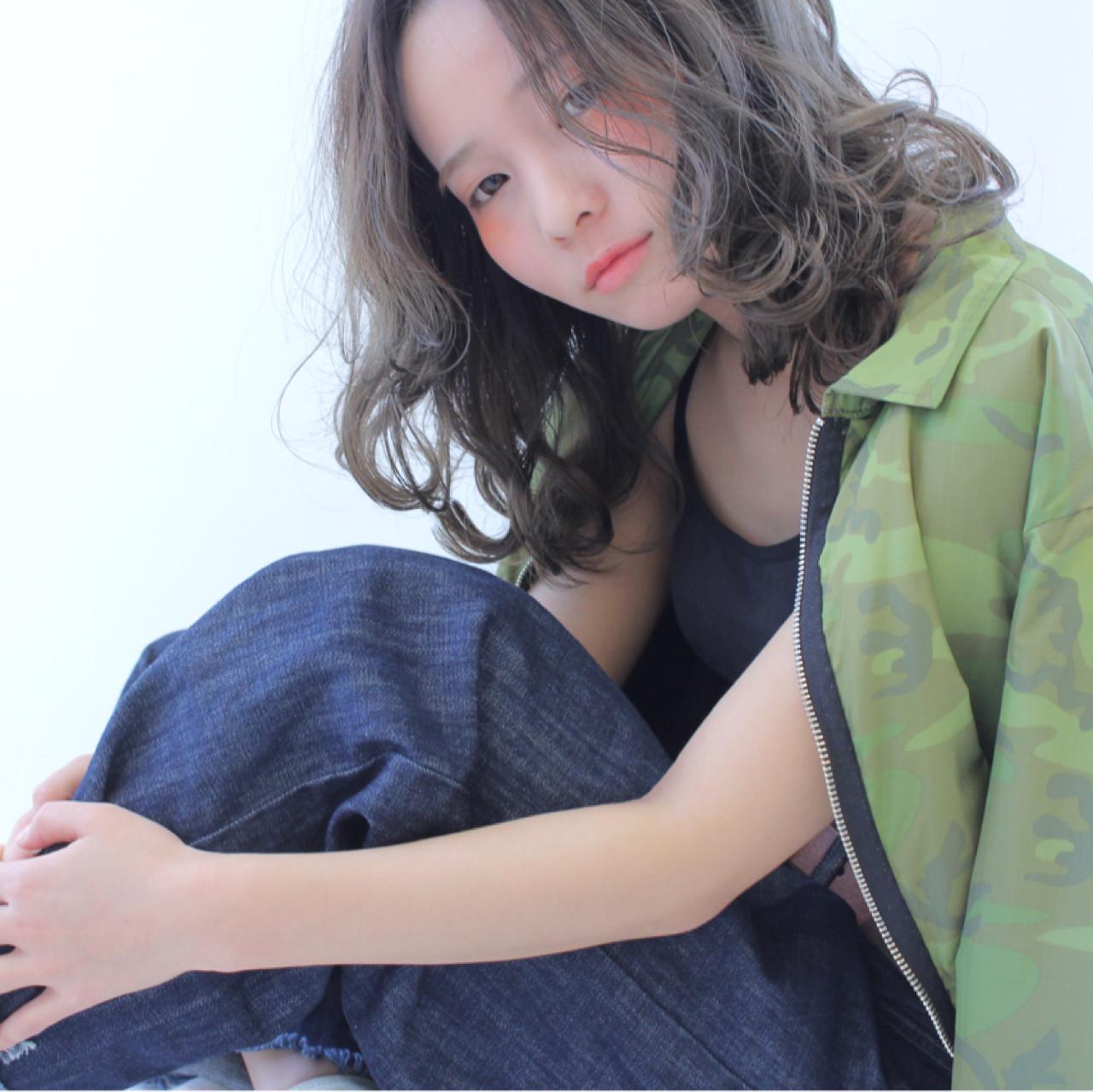 シルバーアッシュ フェミニン 外国人風カラー ミディアム ヘアスタイルや髪型の写真・画像