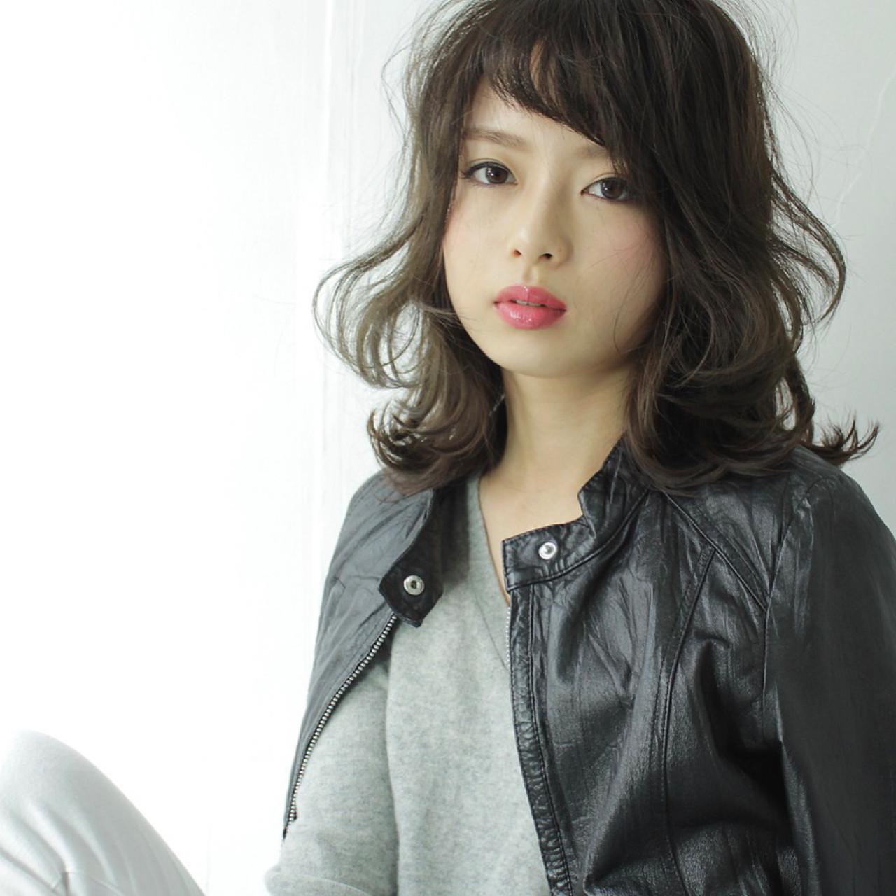ノームコア 外ハネ 波ウェーブ 斜め前髪 ヘアスタイルや髪型の写真・画像