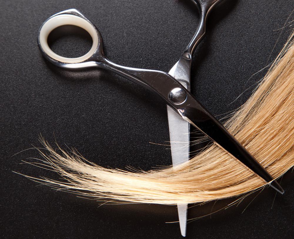 """失敗しないために!トレンドの""""斜め前髪""""をセルフカットする方法を伝授"""