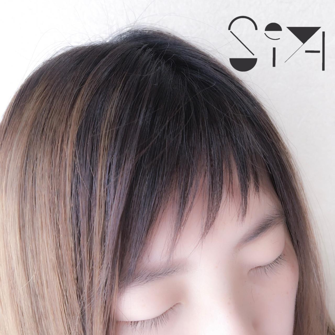 目を閉じた女性の前髪部分をアップした写真