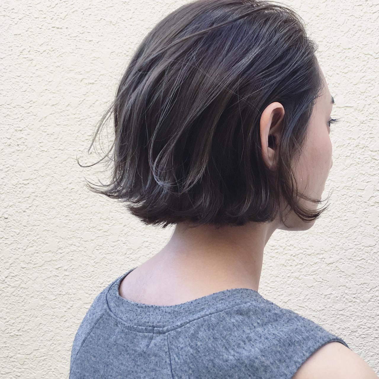 グレージュ ウェットヘア 切りっぱなし ナチュラル ヘアスタイルや髪型の写真・画像
