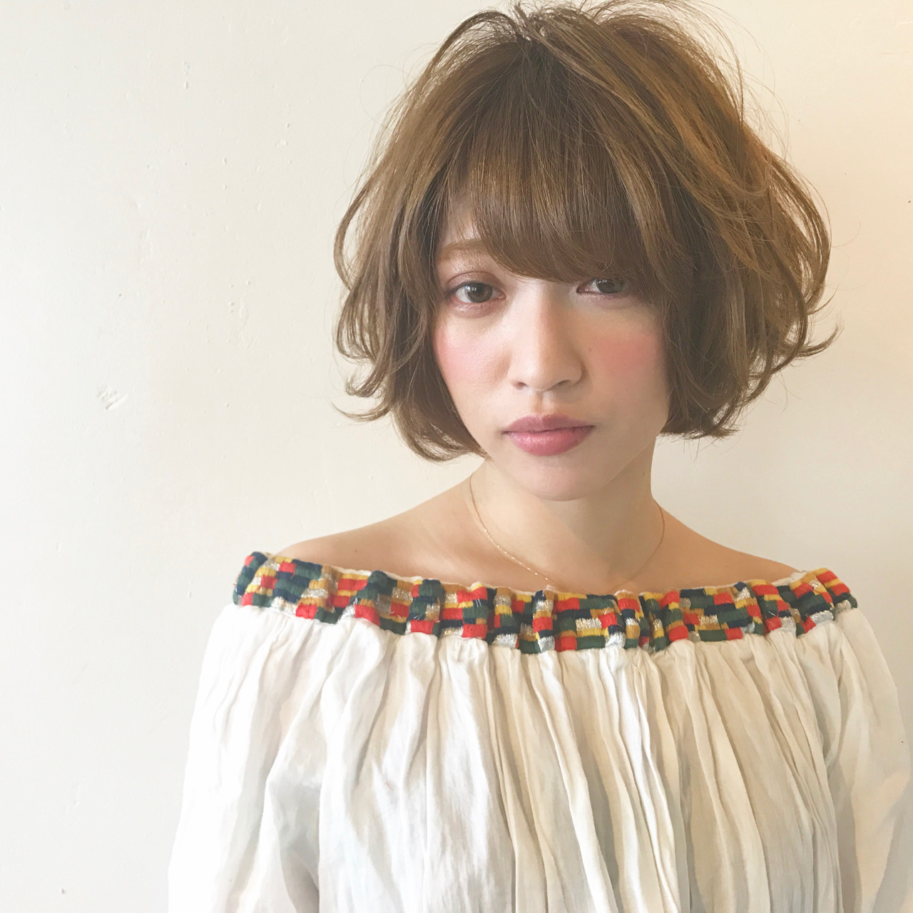 フェミニン ショート ベージュ アッシュベージュ ヘアスタイルや髪型の写真・画像