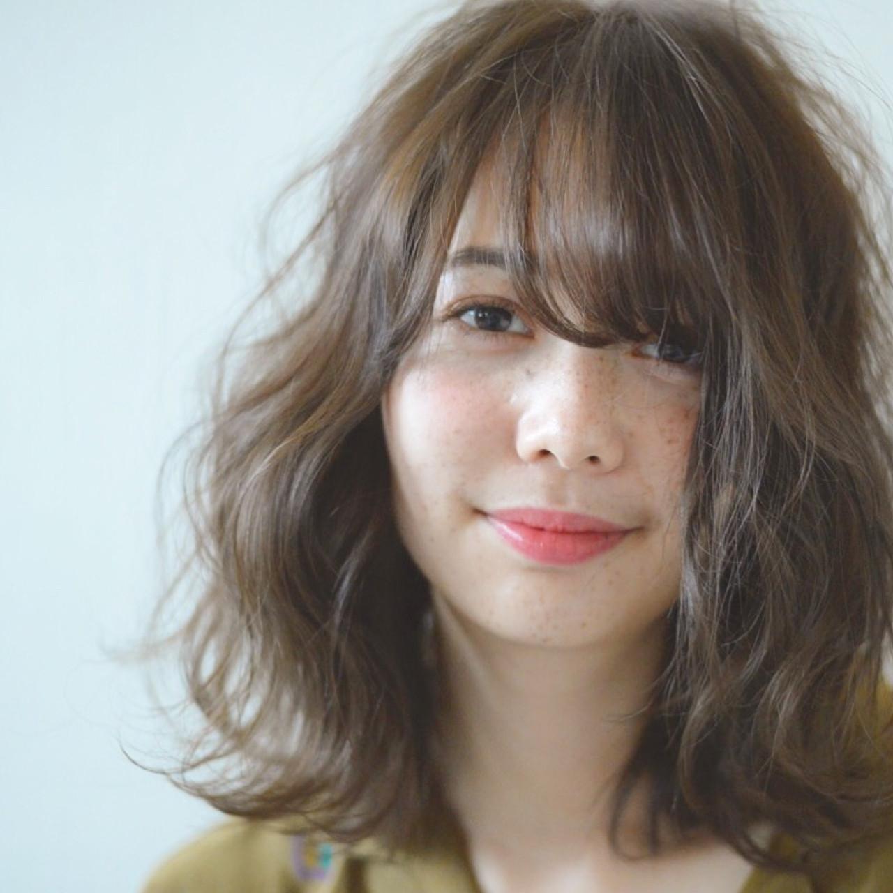 フェミニン ミディアム アンニュイ アッシュベージュ ヘアスタイルや髪型の写真・画像