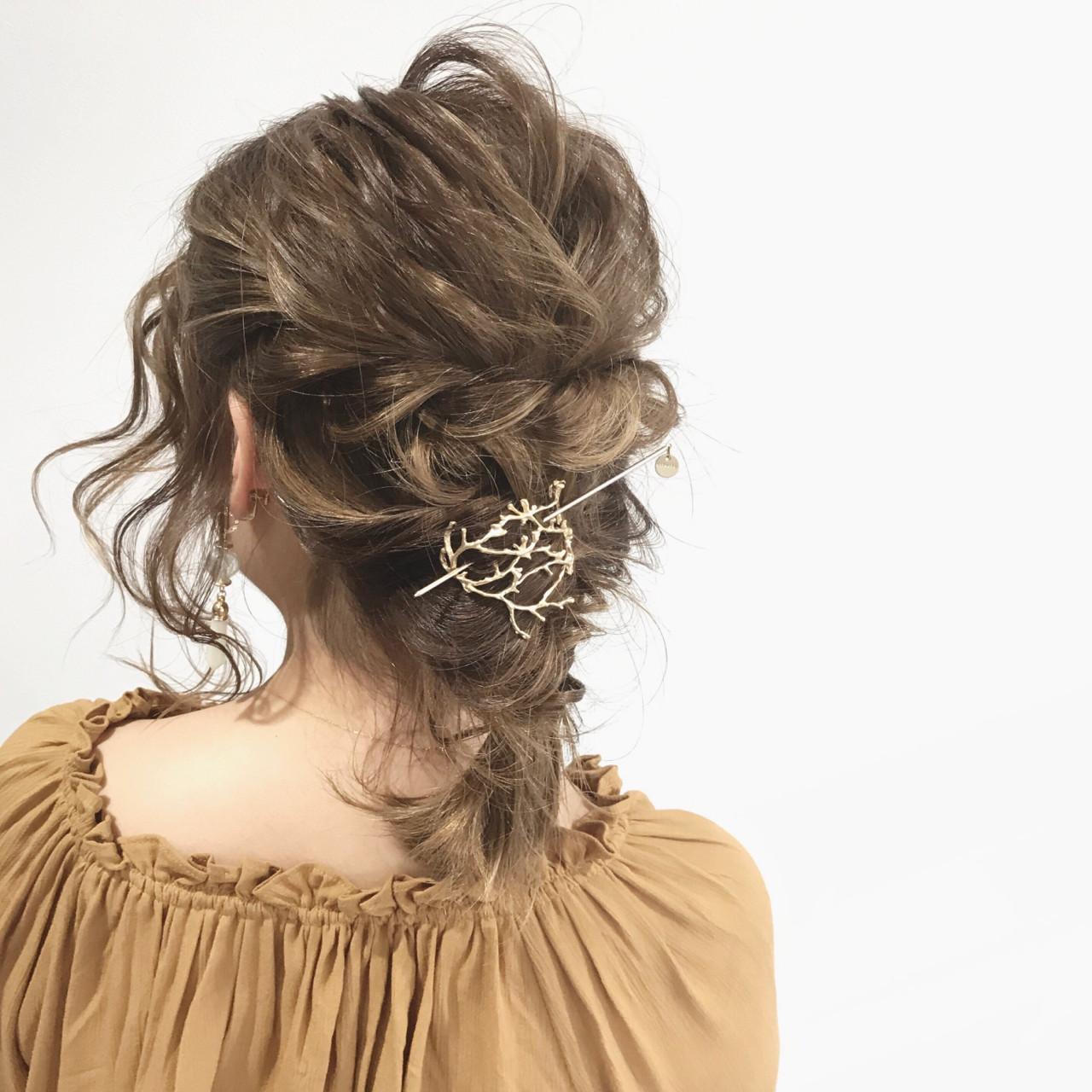 いつもの髪型に髪飾りをプラスした簡単ヘアアレンジでオシャレ度UP♡