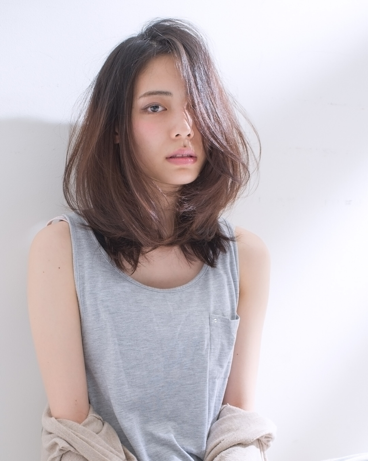 ナチュラル セミロング ストレート 斜め前髪 ヘアスタイルや髪型の写真・画像