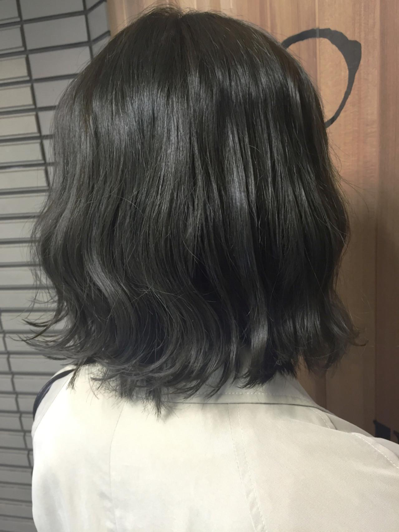 外ハネ アッシュグレー ナチュラル 暗髪 ヘアスタイルや髪型の写真・画像