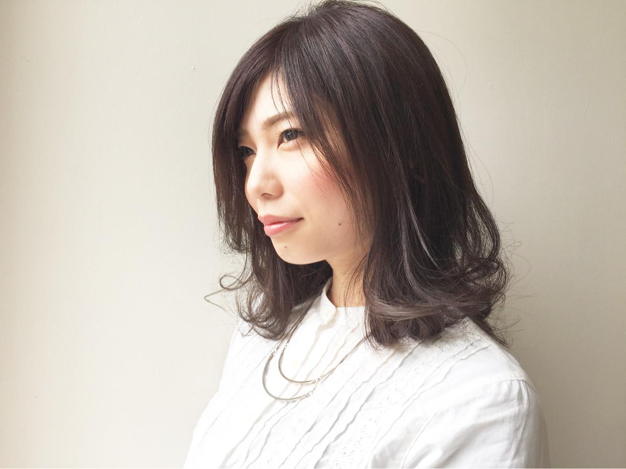 インナーカラー セミロング フェミニン 外ハネ ヘアスタイルや髪型の写真・画像