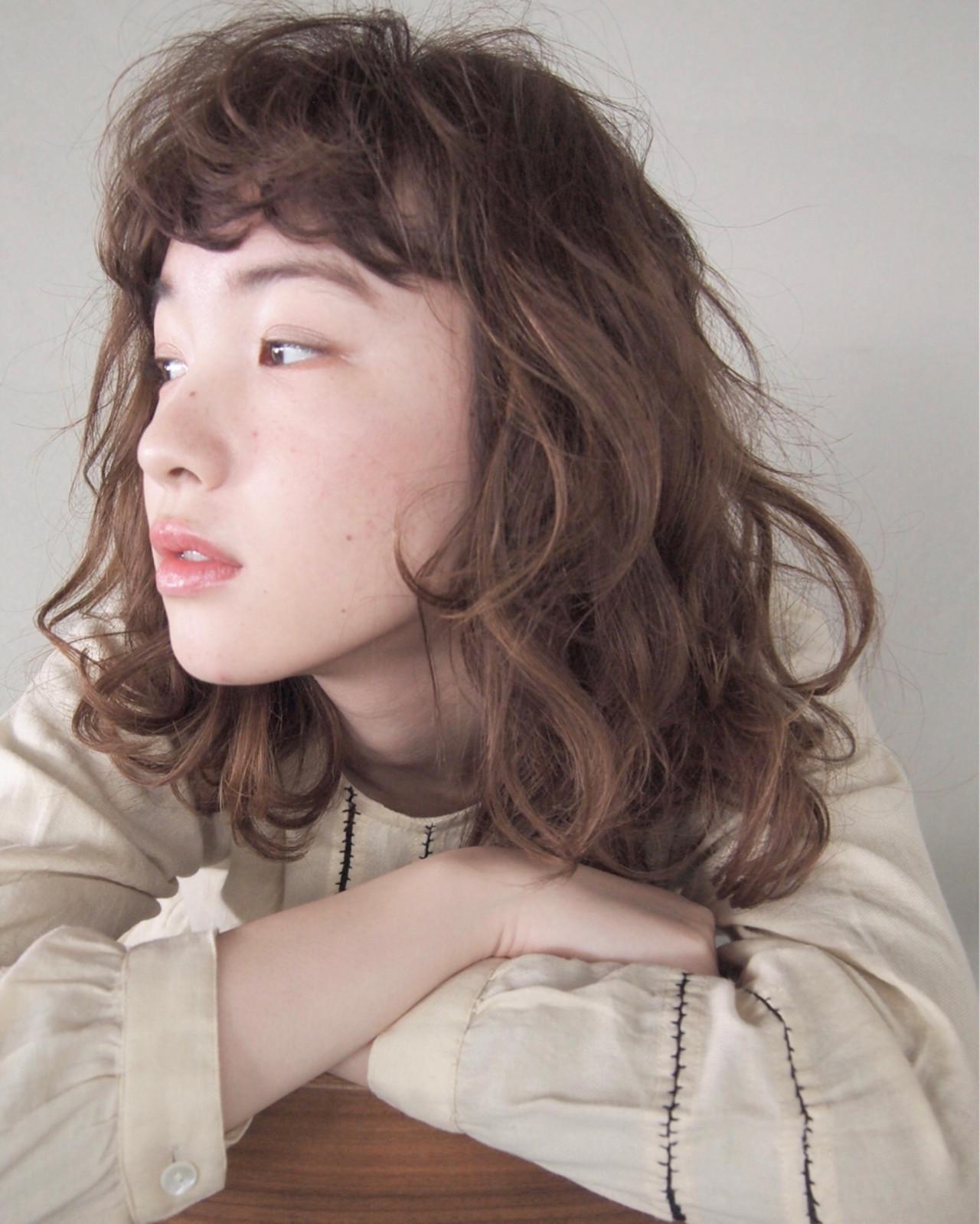 くせ毛風 フリンジバング パーマ グレージュ ヘアスタイルや髪型の写真・画像