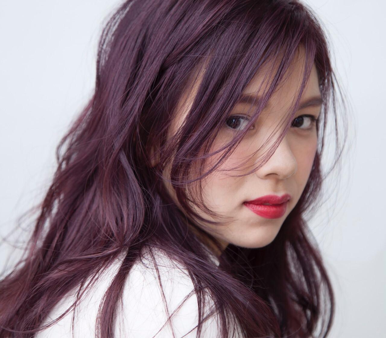 2、センターバングで前髪を顔にかける 草次 直子