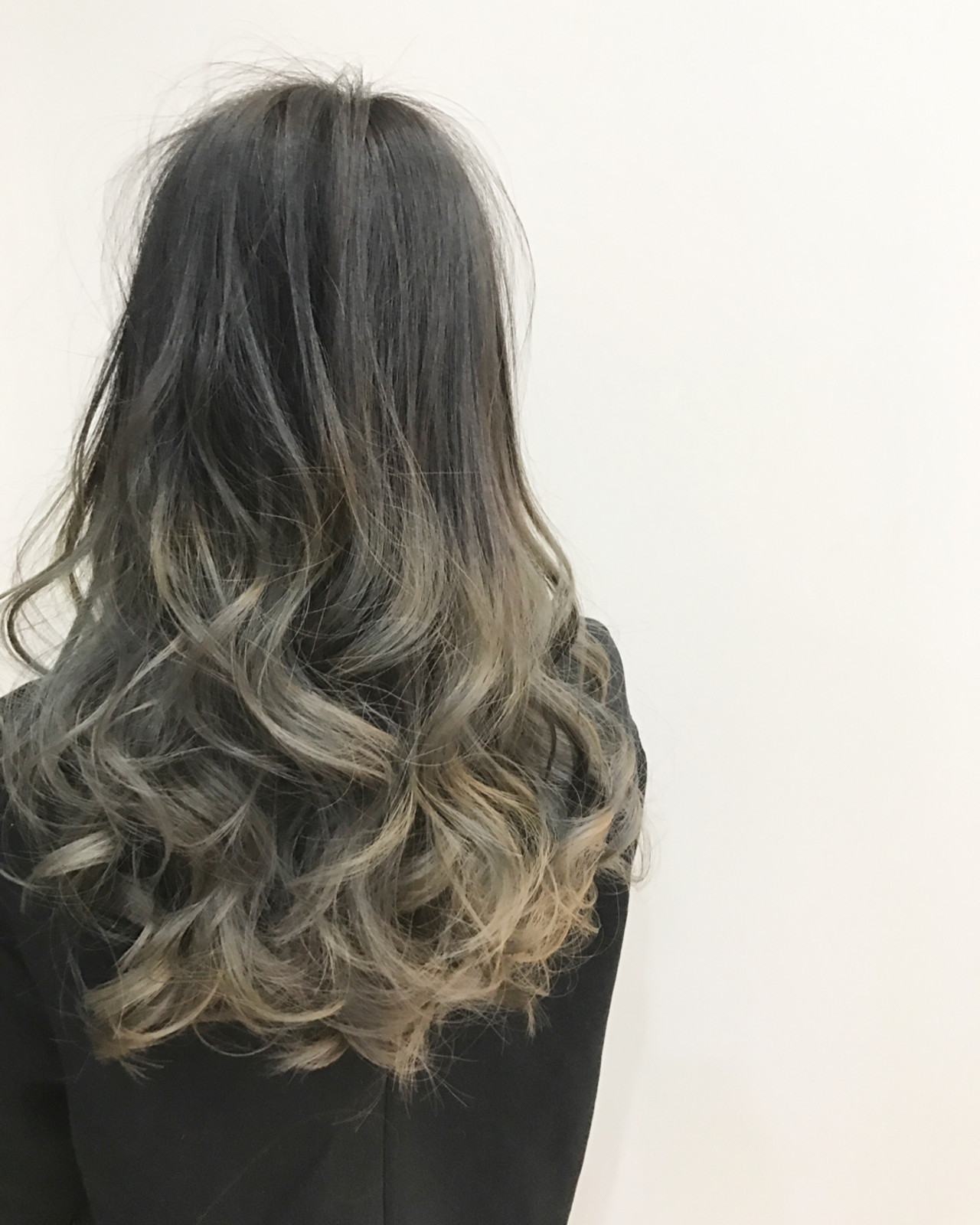 セミロング グラデーションカラー アッシュグレー ハイライト ヘアスタイルや髪型の写真・画像
