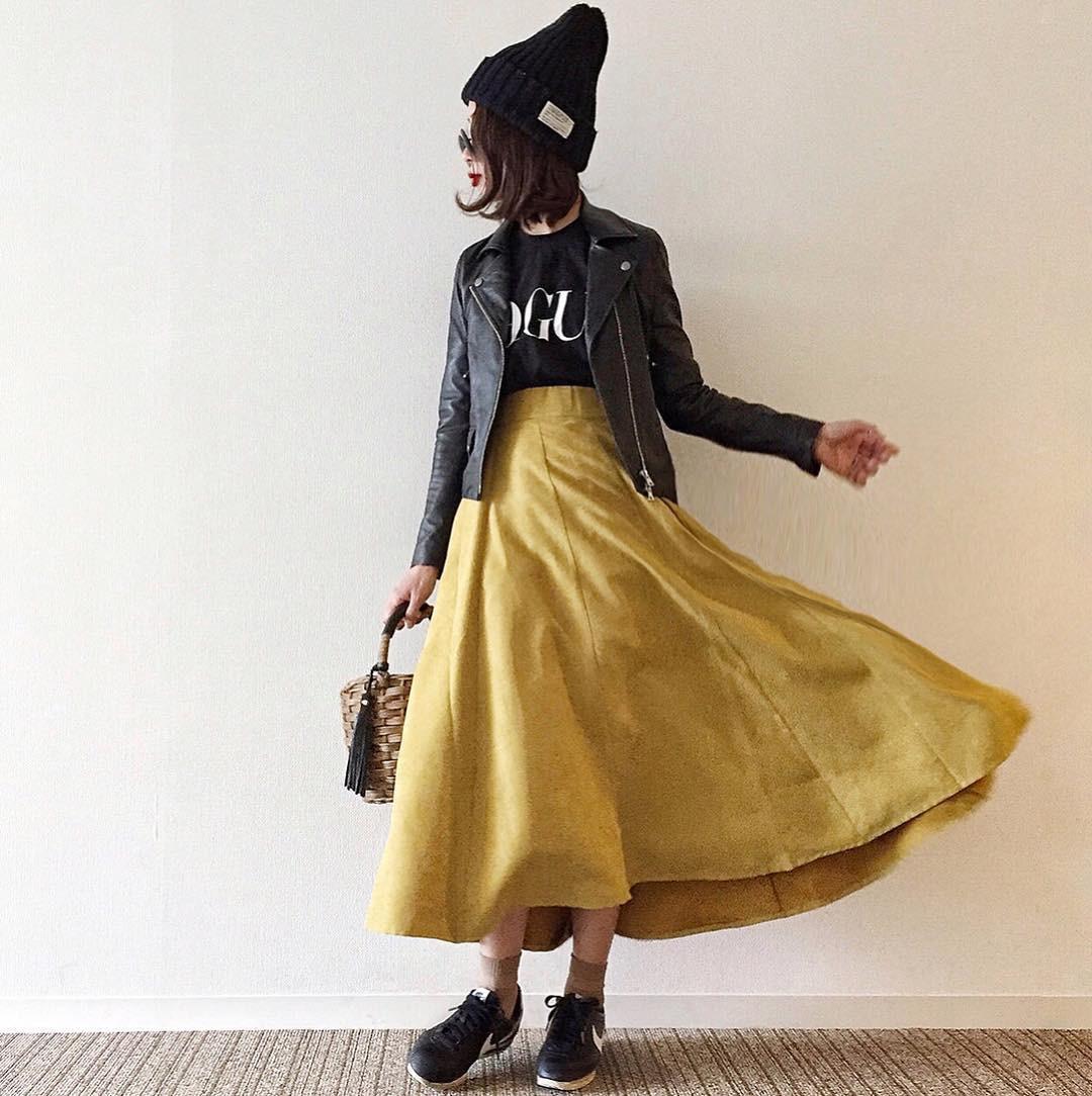 黒のトップスにマスタードイエローのスカート poconyan.co