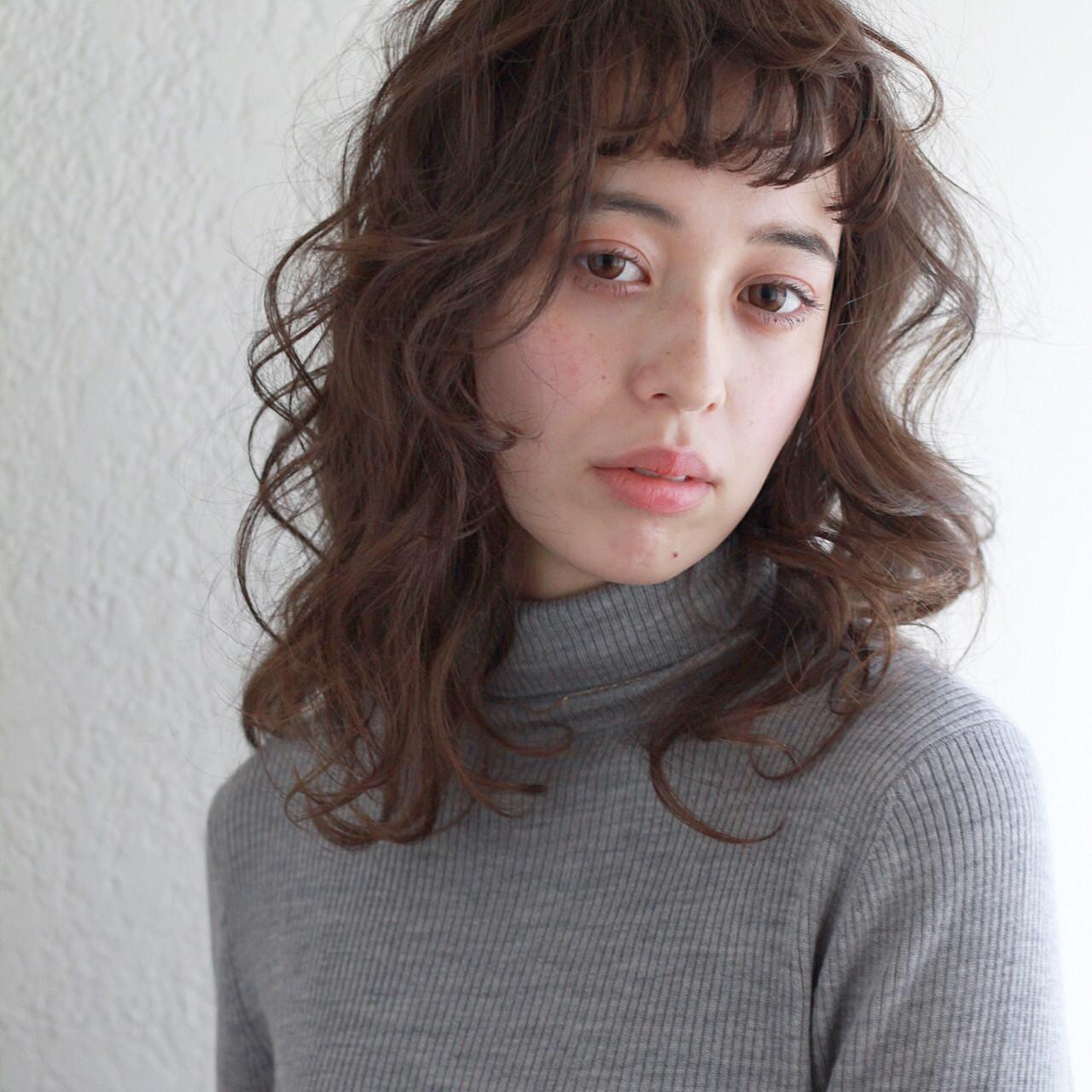 オン眉 ガーリー アッシュグレージュ アンニュイ ヘアスタイルや髪型の写真・画像