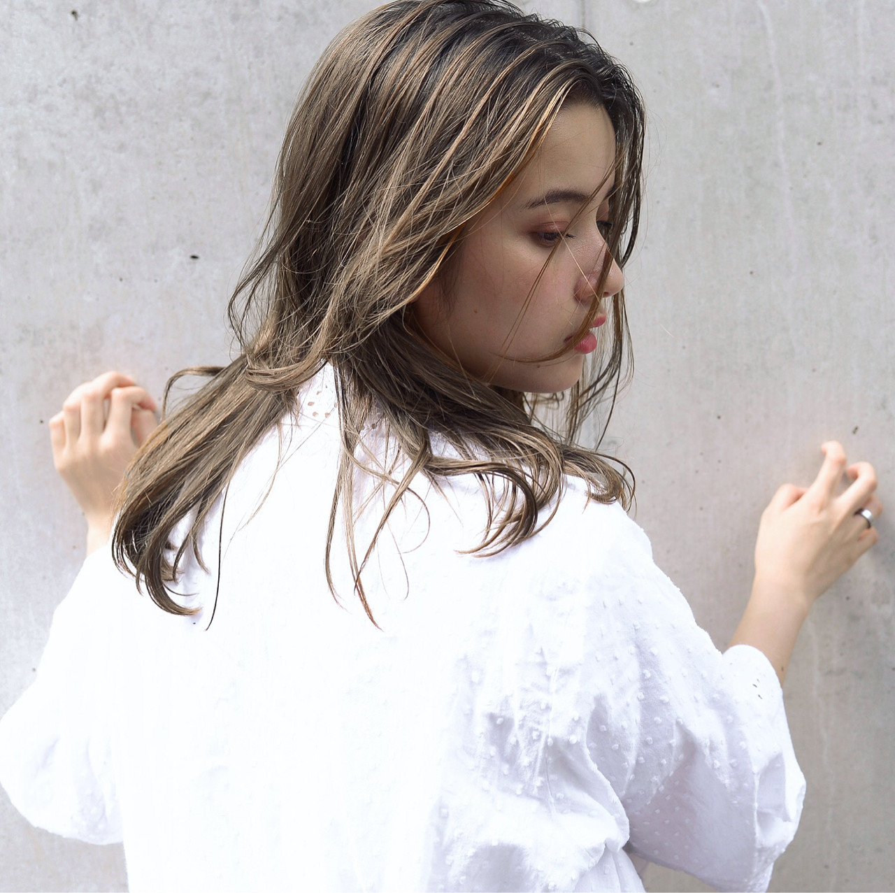 グレージュ 女子力 セミロング 透明感 ヘアスタイルや髪型の写真・画像