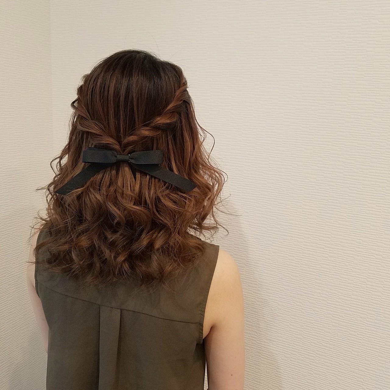 ハーフアップ ミディアム フェミニン ねじり ヘアスタイルや髪型の写真・画像