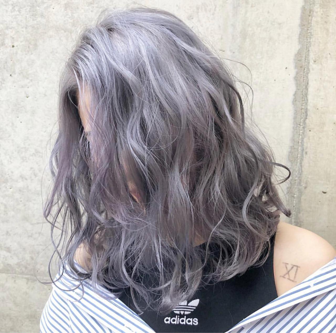 ミディアム アッシュグレー シルバーアッシュ ストリート ヘアスタイルや髪型の写真・画像