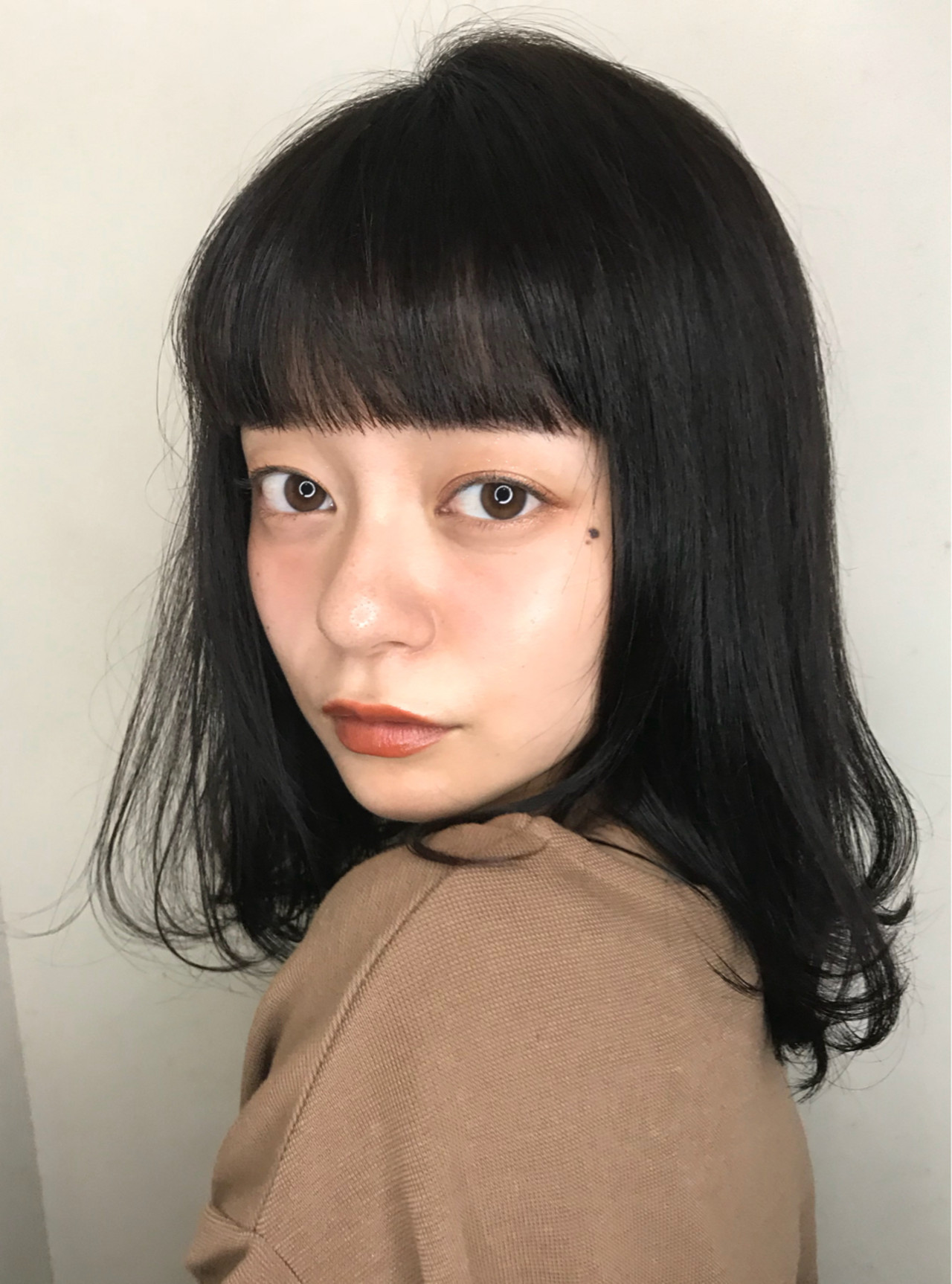 フェミニン デート ミディアム 前髪パッツン ヘアスタイルや髪型の写真・画像