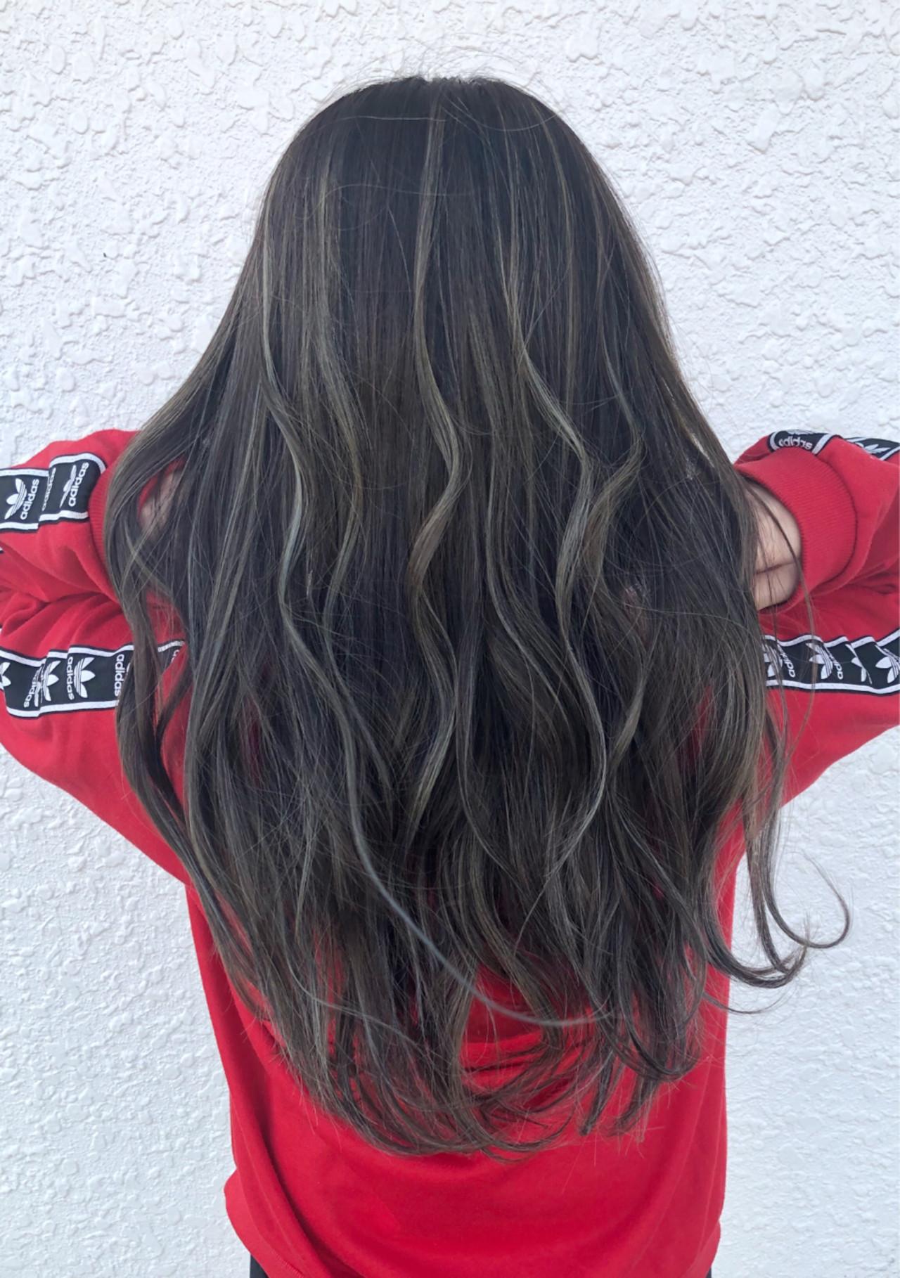 フェミニン ロング ハイライト 波ウェーブ ヘアスタイルや髪型の写真・画像