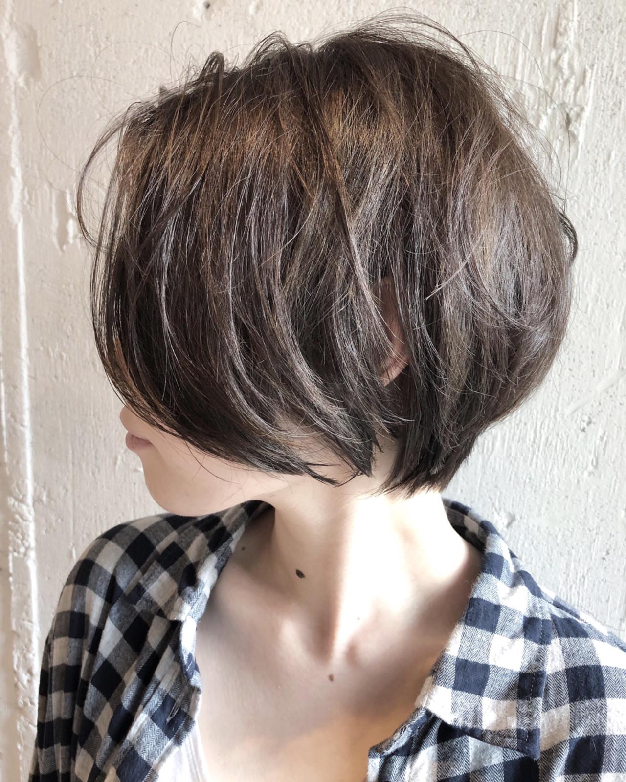 ショート バレイヤージュ シルバーアッシュ ナチュラル ヘアスタイルや髪型の写真・画像