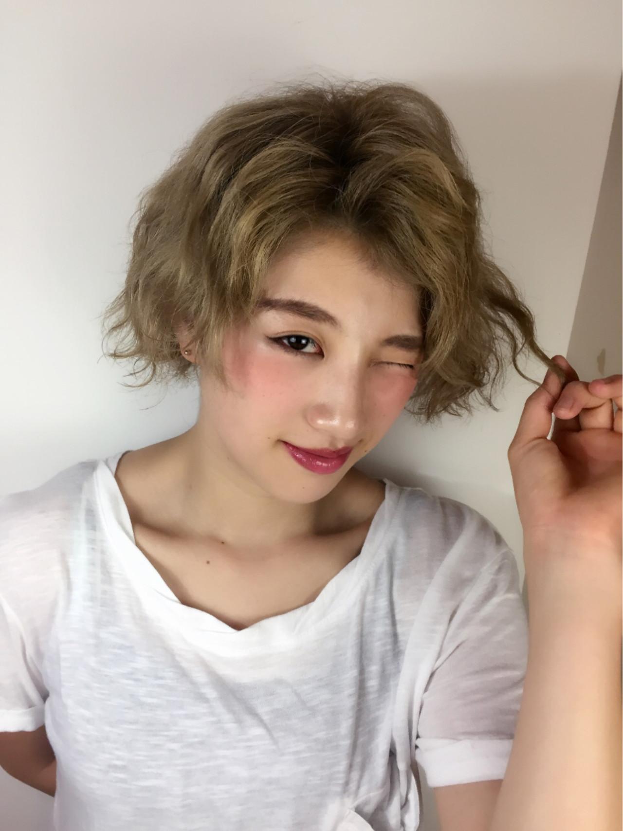 ハイトーン ショート ガーリー 波ウェーブ ヘアスタイルや髪型の写真・画像