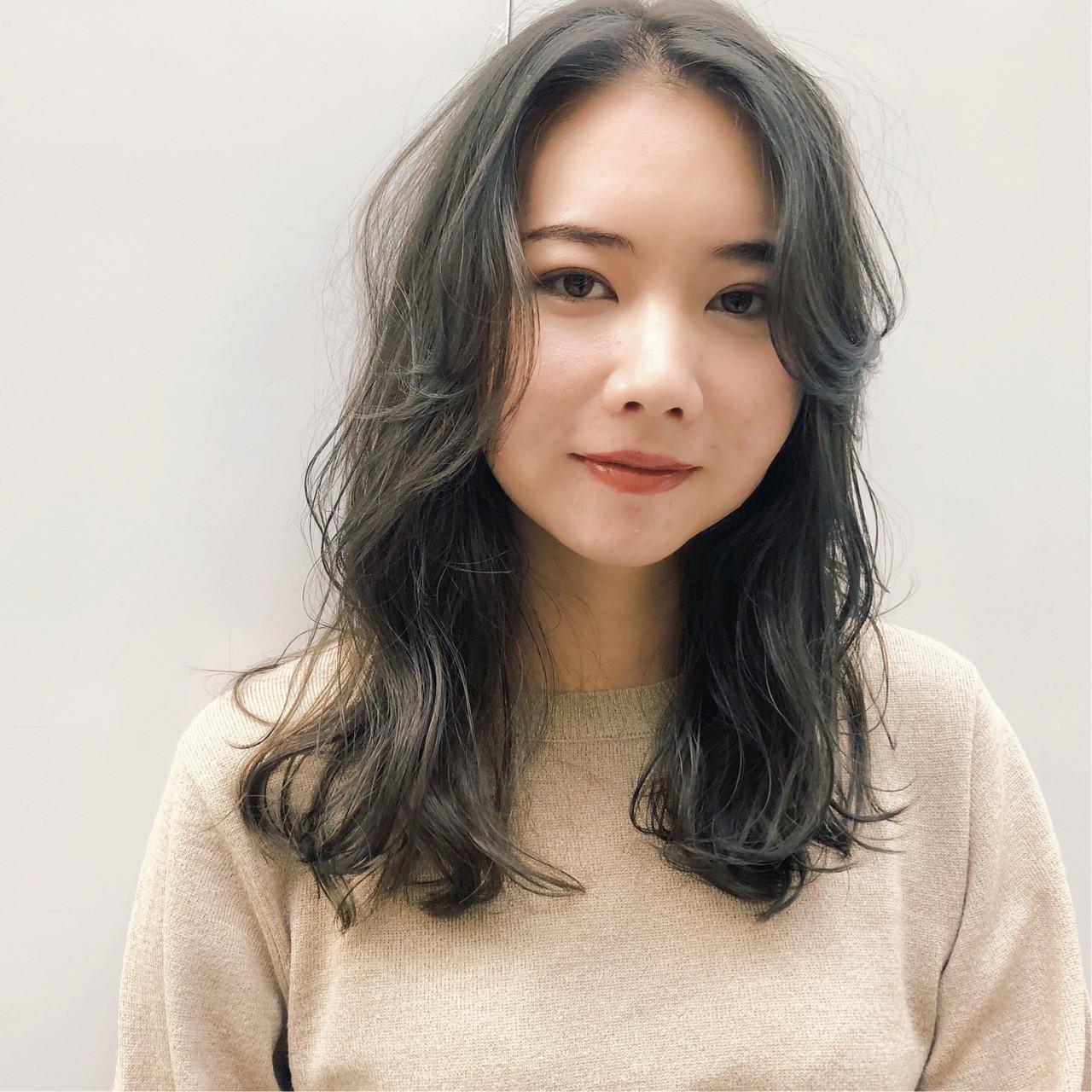 カーキアッシュ レイヤーカット エフォートレス ミディアム ヘアスタイルや髪型の写真・画像