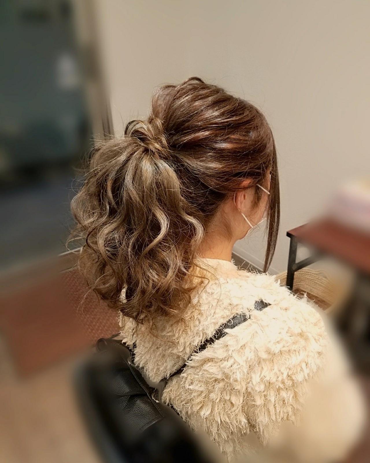 セミロング ポニーテール フェミニン アップスタイル ヘアスタイルや髪型の写真・画像
